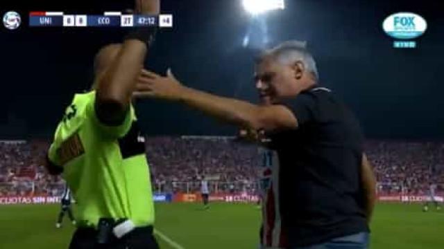 Treinador 'pega-se' com quarto árbitro em pleno jogo na Argentina