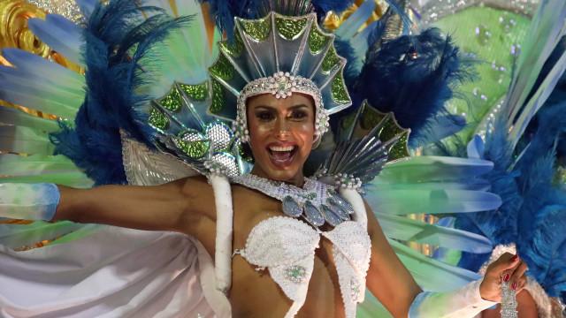 Cor, fantasia e (muito) samba. As imagens da noite de Carnaval do Rio