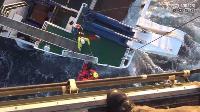 Força Aérea mostra resgate de tripulante do navio 'Vizconde de Eza'