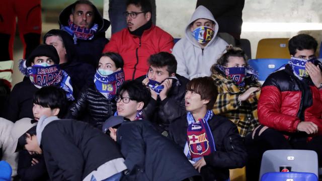 Coronavírus em Itália: Muitas máscaras no Nápoles-Barcelona