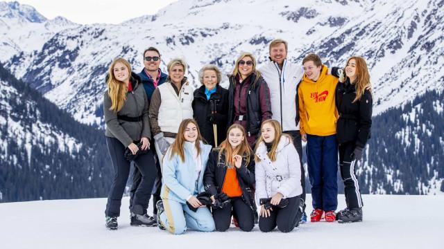 Família real da Holanda diverte-se nas anuais férias na neve