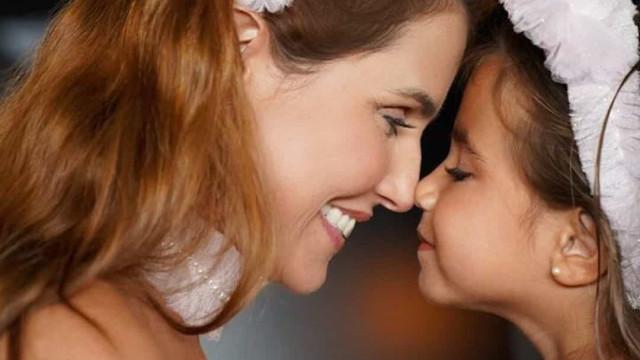 Deborah Secco e a filha mascaram-se de porquinhas