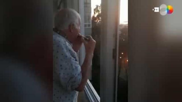 Durante homenagem, idoso toca harmónica e crê que aplausos são para ele