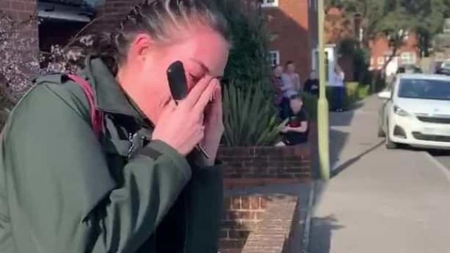 Paramédica inglesa desfaz-se em lágrimas após ser aplaudida por vizinhos