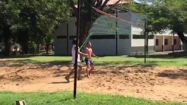 Ronaldinho Gaúcho estreia-se no futevoléi e diverte-se na prisão
