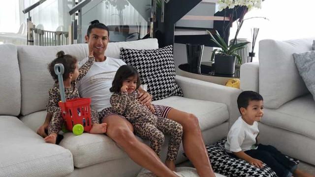 Começou assim a festa de Eva e Mateo! E até o pai Ronaldo se mascarou