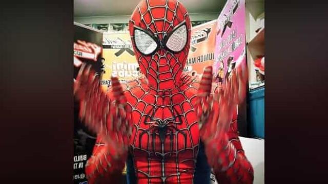 Este Homem-Aranha já 'venceu' a Covid-19 com tantos sorrisos roubados