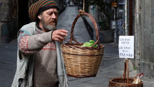 Cestas de comida pelas ruas de Nápoles para ajudar quem mais precisa