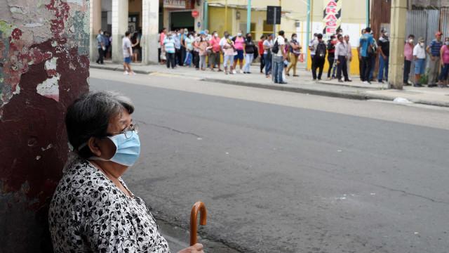 Pessoas a morrer à porta de hospitais, corpos na rua. Equador vive terror