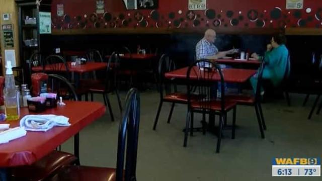 Restaurante quebra regras e abre portas para que este casal possa almoçar