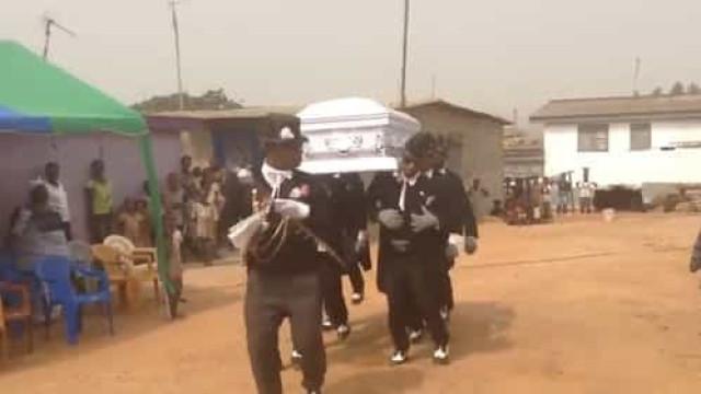 Meme com vídeo de danças em funerais teve origem no Gana