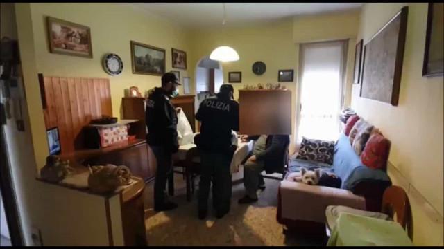 Idoso sem dinheiro liga para a polícia e agentes levam-lhe compras