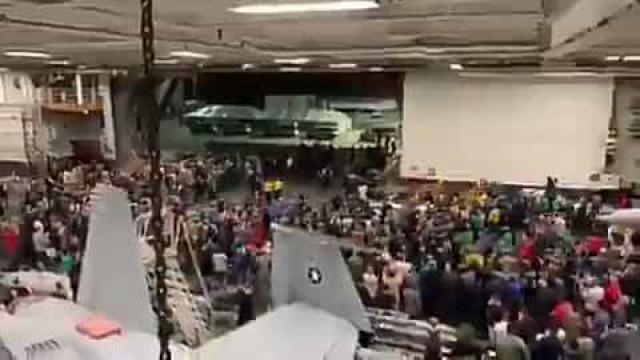 Demitido por Trump, capitão de porta-aviões é aplaudido de pé
