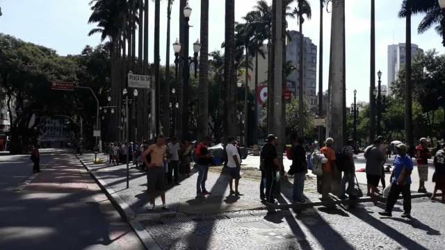 Sem gente na rua, sem doações, milhares fazem fila para tentar ter comida