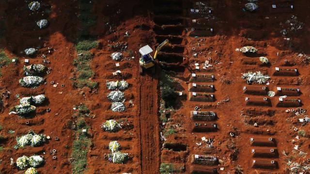 Cemitério em São Paulo mostra a dura realidade das mortes por Covid-19