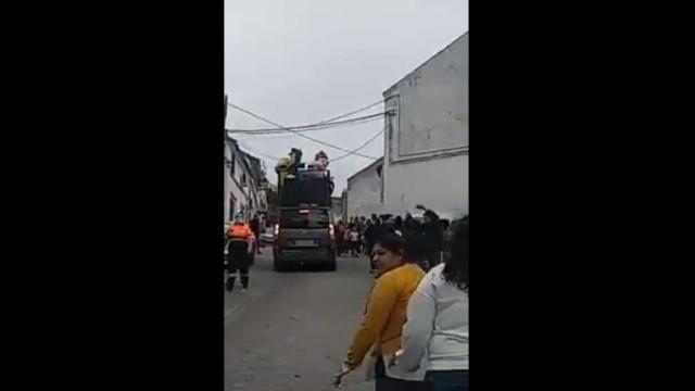 Bairro espanhol quebra isolamento obrigatório e população festeja na rua
