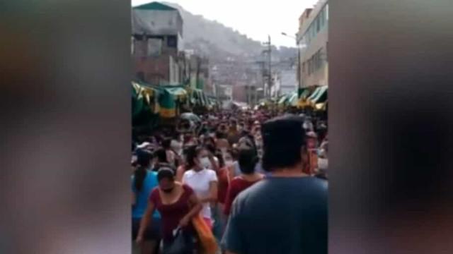 Peru em estado de emergência e milhares de pessoas decidem ir ao mercado