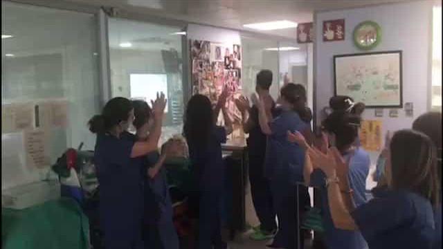 Bebé deixa ventilador e provoca explosão de alegria entre médicos