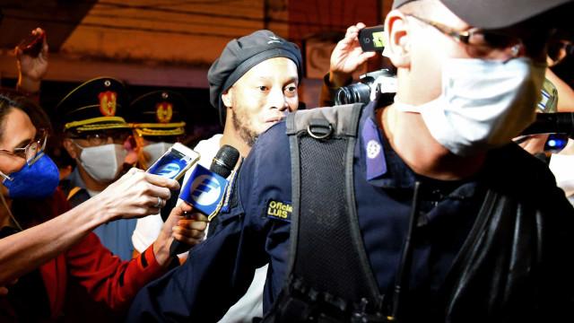 Ronaldinho já saiu da prisão e há um abraço que não passou despercebido
