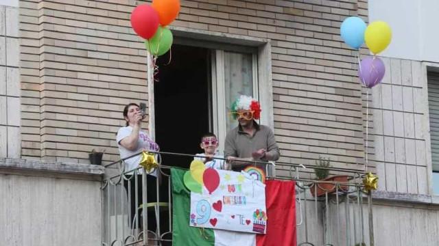 Concerto na varanda: Criança celebra aniversário para mais tarde recordar