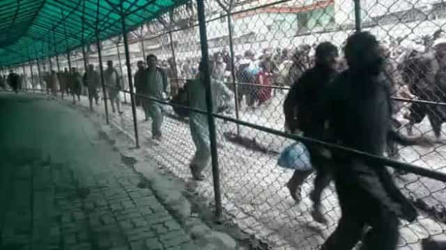 Milhares de afegãos enchem fronteira (aberta) com o Paquistão