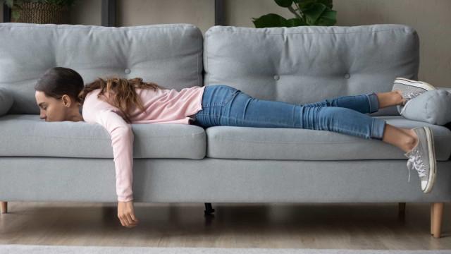 Pequenas coisas que pode fazer para vencer o cansaço de estar em casa