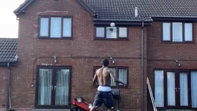 Jogador do Derby foi jogar para o quintal... e partiu a janela de casa