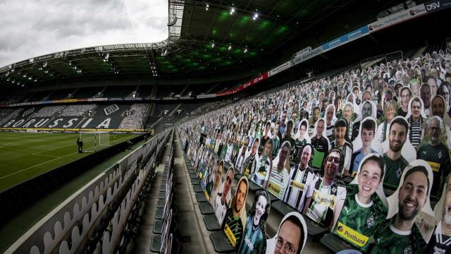 Jogo da Bundesliga contou com 13 mil adeptos... de cartão