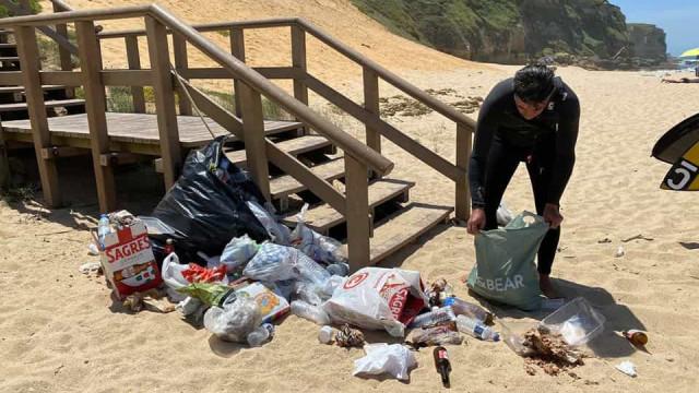 Desconfinamento. Sesimbra acorda com garrafas e máscaras na praia