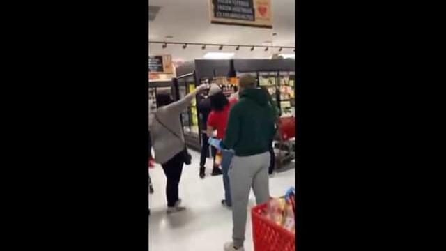 Mulher sem máscara alvo da ira de clientes de supermercado nos EUA