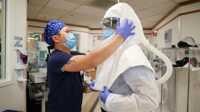 Médica grávida de sete meses continua a trabalhar com doentes infetados