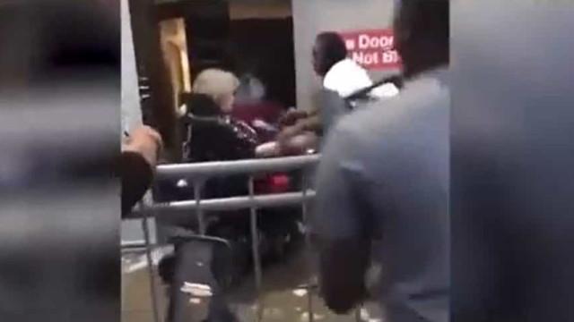 Mulher em cadeira de rodas atacada com fumo de extintor em protestos