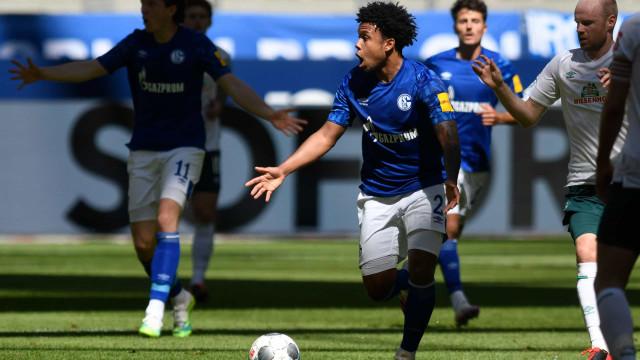 Jogador do Schalke 04 homenageia George Floyd com fita em pleno jogo