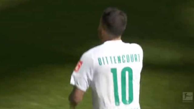 A Bundesliga está ao rubro e este golo é uma obra de arte