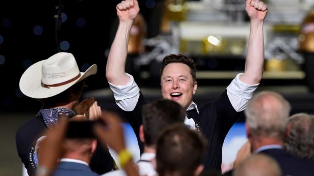 Astronautas levados pela SpaceX falam a partir da estação internacional