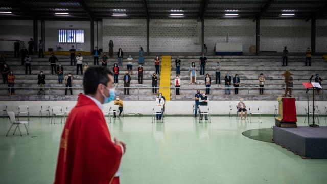 Fintando a pandemia: As imagens das missas em gimnodesportivos em Braga