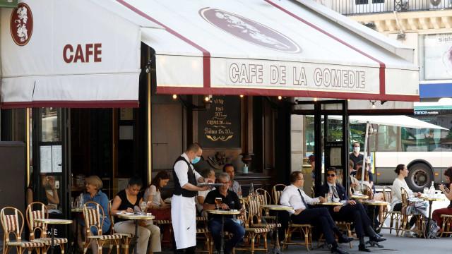 Parisienses regressam às esplanadas. As imagens do momento muito esperado