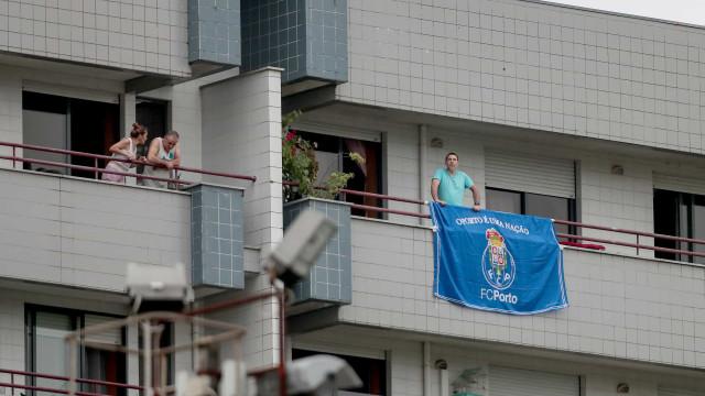Famalicão-FC Porto: Adeptos nas varandas, máscaras e o estranho silêncio