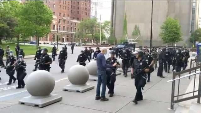 EUA. Idoso é empurrado por polícia e fica com ferimentos graves