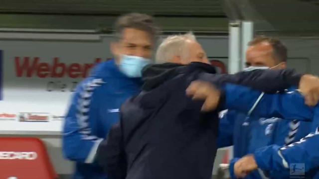 Friburgo venceu, treinador não conteve a alegria e atingiu adjunto