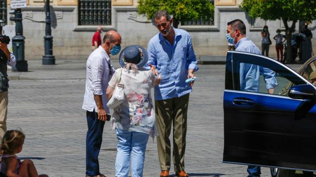 A exemplar reação do rei de Espanha com mulher que o cumprimentou na rua