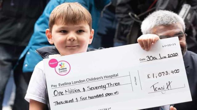 Menino que perdeu pernas em bebé completa caminhada em prol do NHS