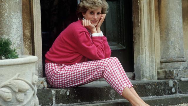 Revelado retrato raro da mãe da princesa Diana
