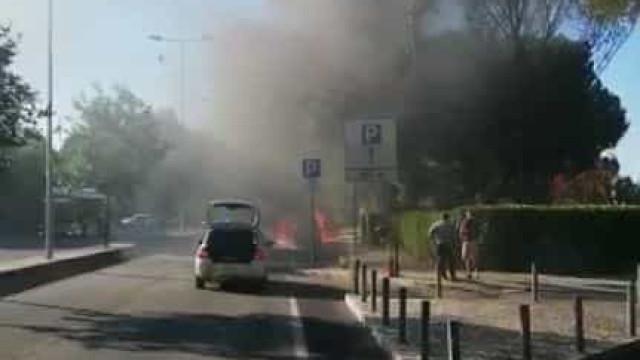 Carro incendeia-se junto ao Hospital de Santa Maria em Lisboa