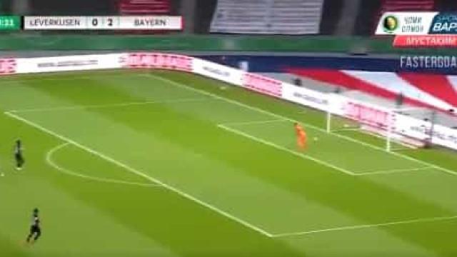 Lewandowski chegou ao 50.º golo da época, mas o guarda-redes 'ajudou'