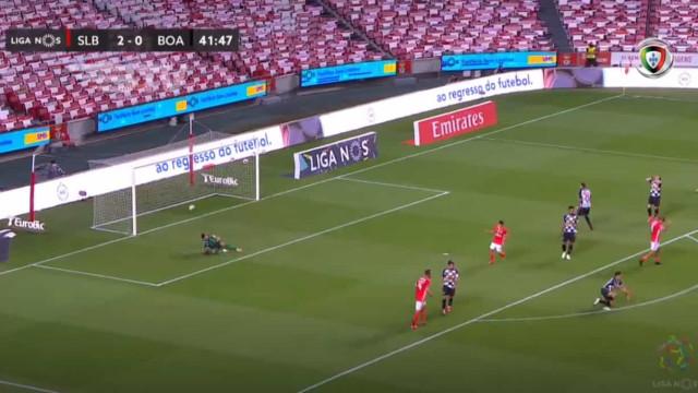 Gabriel faz gosto ao pé com remate em jeito e Benfica já vence por 3-0