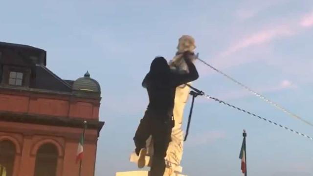 Manifestantes derrubam estátua de Colombo e deitam-na à água em Baltimore