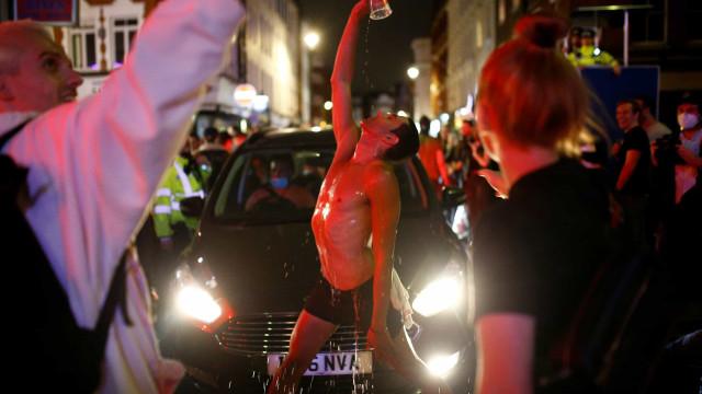 Violência, nudez e drogas. Assim foi a reabertura dos pubs no Reino Unido