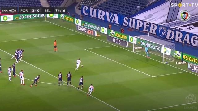 Alex Telles marca o terceiro do FC Porto da marca dos onze metros