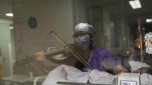 Com a ajuda do violino, enfermeira chilena dá esperança a doentes